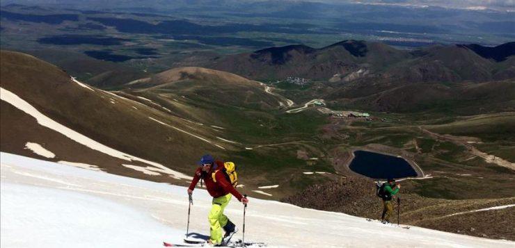 عشية الصيف.. تزلج على الثلج في أرضروم التركية